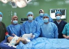 عملية جراحية لطفل يعاني من خلع مفصل الركبة الولادي في النجف