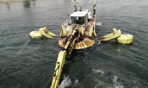 الموارد المائية في النجف الاشرف تواصل اعمال التنظيف لحوض نهر الفرات في قضاء الكوفة
